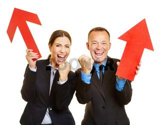 Zwei Geschäftsleute jubeln bei Erfolg mit Pfeil