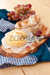 Kaese, Brot und Weintrauben