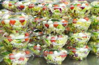 Viele Salatschalen in der Kühlung