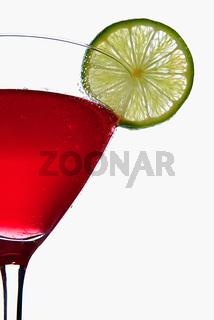 Cosmopolitan Cocktail mit Limettenscheibe
