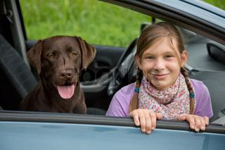 Kind und Hund in einem Auto