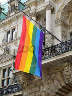 Regenbogen Flagge am Hamburger Rathaus