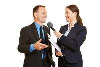 Geschäftsmann gibt den Medien ein Interview