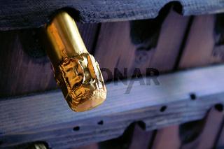 Kapsel einer Champagnerflasche im Rüttelpult