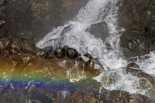 Wasserfalldetail mit Regenbogen