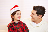 Vater und Sohn zusammen zu Weihnachten
