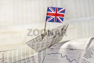 Papierschiff mit britischer Flagge