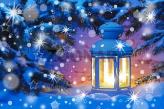 Laterne an Weihnachten im Schnee