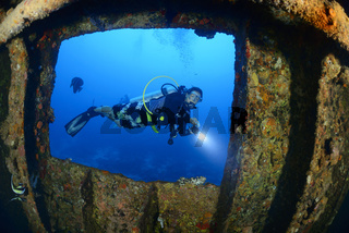 Wrack MV Kudhi Maa, Malediven, Shipwreck MV Kudhi Maa and scuba diver, Maldives