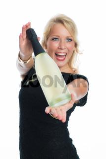 schöne frau zeigt flasche sekt