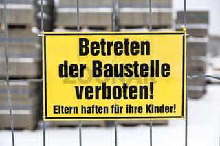 Betreten der Baustelle verboten Schild im Winter
