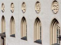 Fensterfassade einer Passauer Kirche