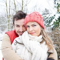 Glückliches Paar draußen im Winter