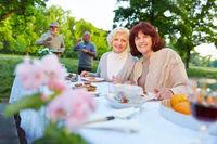 Senioren feiern im Garten mit Kuchen