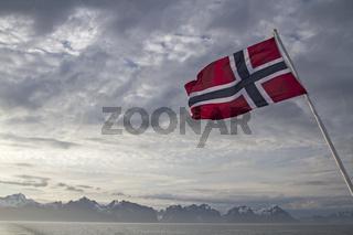 Norwegenflagge vor Lofoten