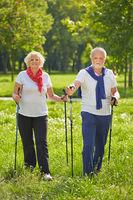 Paar Senioren macht Nordic Walking