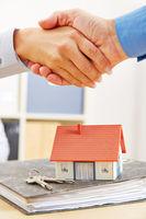 Baufinanzierung für Hausbau mit Handschlag