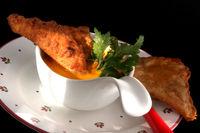 Knusprige gefüllte Teigtaschen mit Kürbissuppe