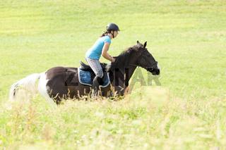 Junge Reiterin mit Pferd