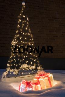 erleuchtete Weihnachtsdekoration im Schnee, Gaellivare, Lappland