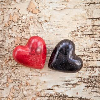 Zwei Herzen auf Hintergrund aus Rinde