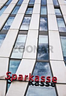 Schriftzug Sparkasse an einem Hochhaus