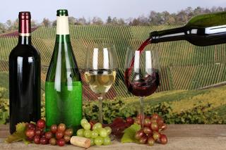 Wein aus einer Flasche in ein Glas eingießen