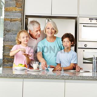 Enkelkinder und Großeltern in der Küche