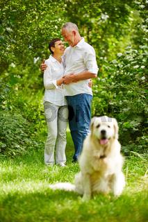 Verliebtes Paar Senioren mit Golden Retriever