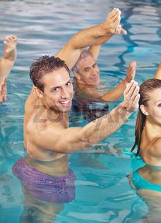 Rückenübungen im Wasser bei Hydrotherapie