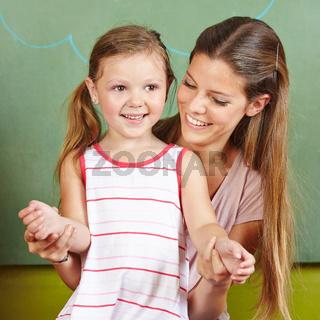 Lachende Mutter und glückliche Tochter
