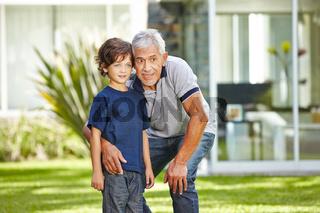 Großvater redet mit Enkel im Garten