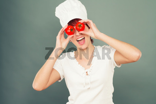 junge frau hält tomaten vor die augen