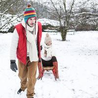 Paar beim Schlittenfahren  im Winter