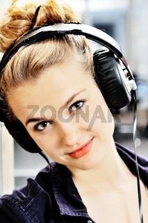 Attraktive Studentin mit Kopfhörer