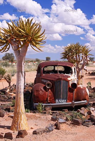 Verrosteter Oldtimer am Straßenrand, Namibia; old car in Namibia