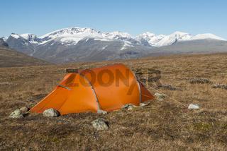 Zelt mit Blick auf den hoechsten Berg Schwedens, Kebnekaise, Kebnekaisefjaell, Lappland