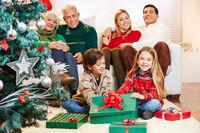 Kinder machen Bescherung zu Weihnachten
