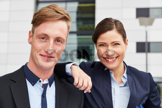 Portrait von zwei lächelnden Geschäftsleuten