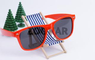 Liegestuhl und Sonnenbrille