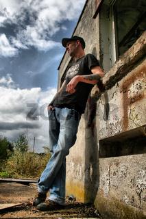 Wartender junger Mann