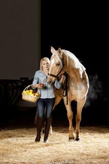 Frau und Pferd mit Aepfel