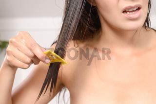 Frau benutzt einen Läusekamm
