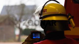 Feuerwehrmann mit Wärmebildkamera