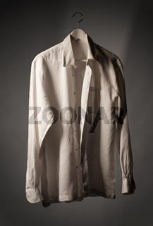 Weisses Hemd auf Kleiderbügel