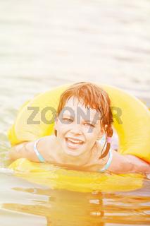 Mädchen lernt schwimmen mit Schwimmreifen