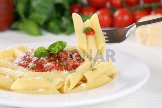 Penne Rigate Napoli mit Tomaten Sauce Nudeln Pasta essen mit Gabel