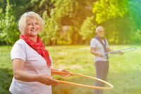 Zwei Senioren drehen Reifen im Park