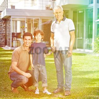 Familie in drei Generationen im Sommer