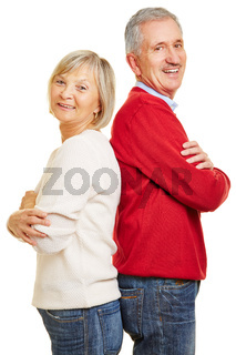Paar Senioren lehnt Rücken an Rücken